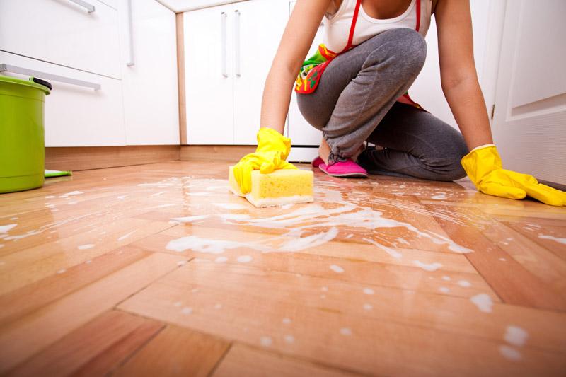 Как помыть полы? 21 фото Как вымыть быстро и без разводов со средством для дезинфекции, чем отмыть подсолнечное масло, правильно чистим покрытие солью и уксусом